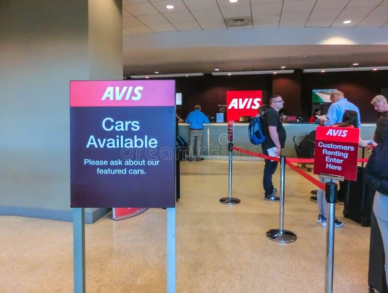 Miami Florida, USA - Aprile 28, 2018: Kontoret Avis för uthyrnings- bil på den Miami flygplatsen arkivbilder