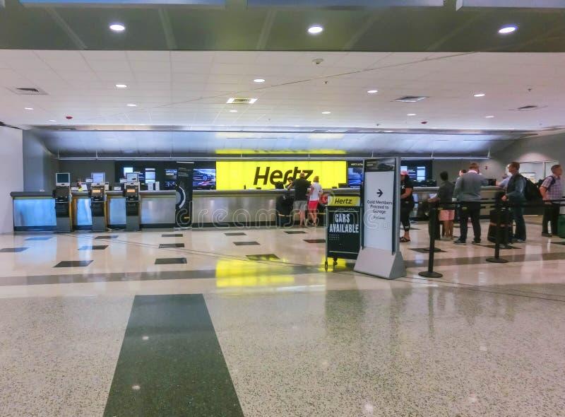 Miami Florida, USA - Aprile 28, 2018: Kontoret Hertz för uthyrnings- bil på den Miami flygplatsen royaltyfri bild