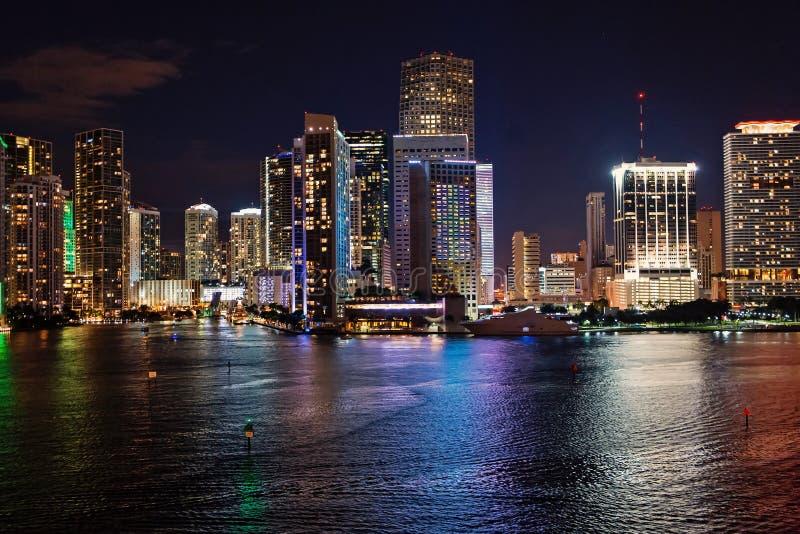 Miami Florida, USA horisont på den Biscayne fjärden Luxuru livbegrepp i stadens centrum glödande sikt av Miami royaltyfri bild
