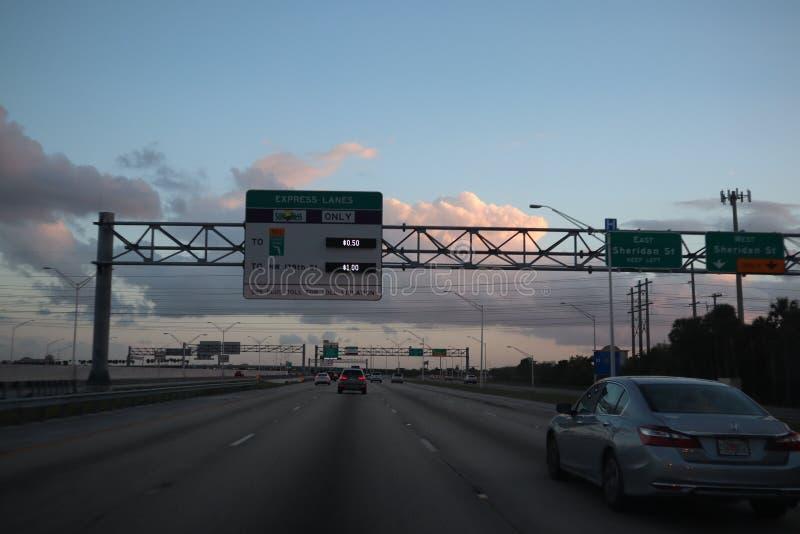 MIAMI, FLORYDA -8 MARZEC 2019 - widok tollbooth na drodze przy wejściem Sunpass właściciele iść przez ekspresowego pas ruchu obrazy royalty free