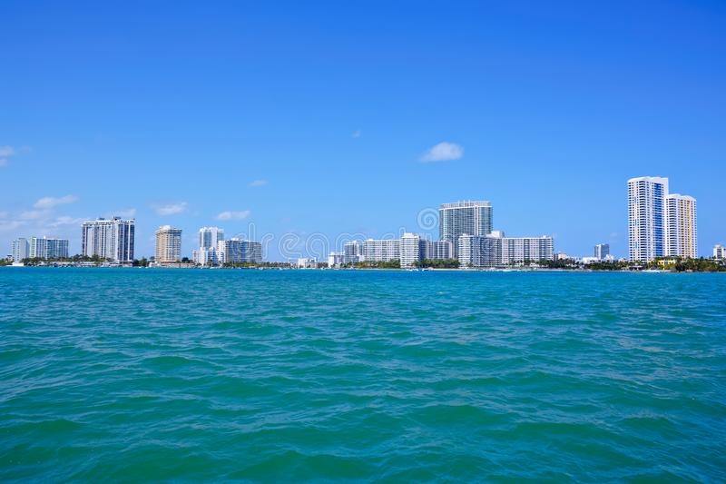 Miami, Floryda, usa śródmieścia linia horyzontu Budynek, ocean plaża i niebieskie niebo, Piękny miasto Stany Zjednoczone Ameryka zdjęcie royalty free
