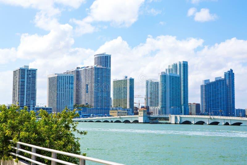 Miami, Floryda, usa śródmieścia linia horyzontu Budynek, ocean plaża i niebieskie niebo, Piękny miasto Stany Zjednoczone Ameryka fotografia royalty free