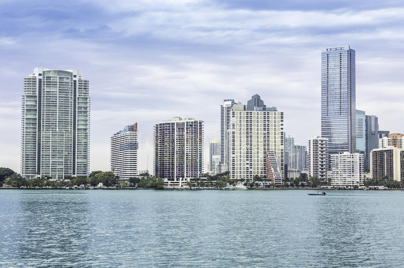 Miami horisont från den Biscayne fjärden arkivbilder