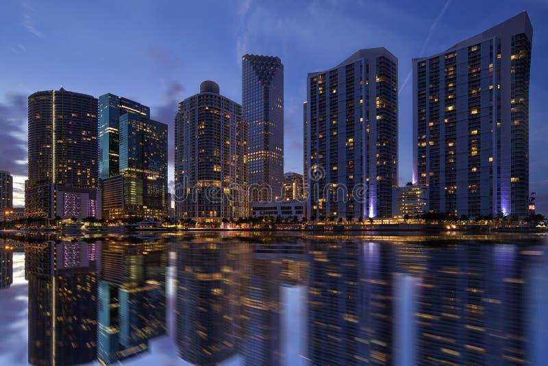 Miami horisont på skymning fotografering för bildbyråer