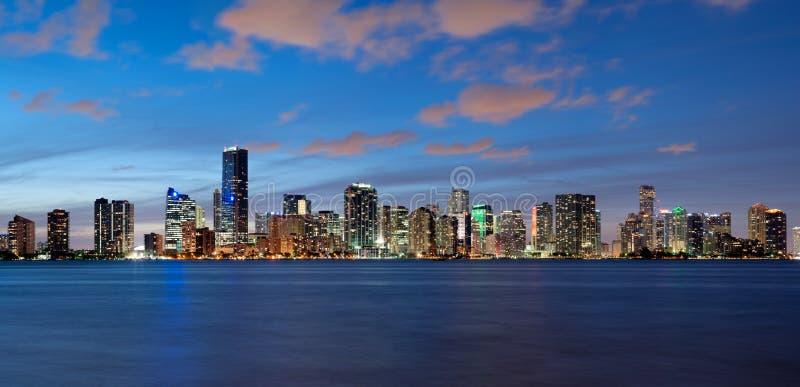 Miami horisont på skymningen royaltyfri bild