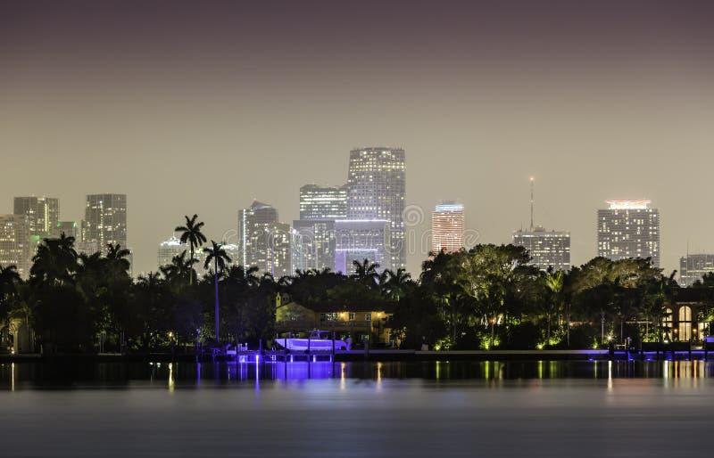 Miami horisont vid natt royaltyfri foto