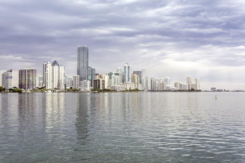 Miami horisontsikt från den Biscayne fjärden royaltyfri foto