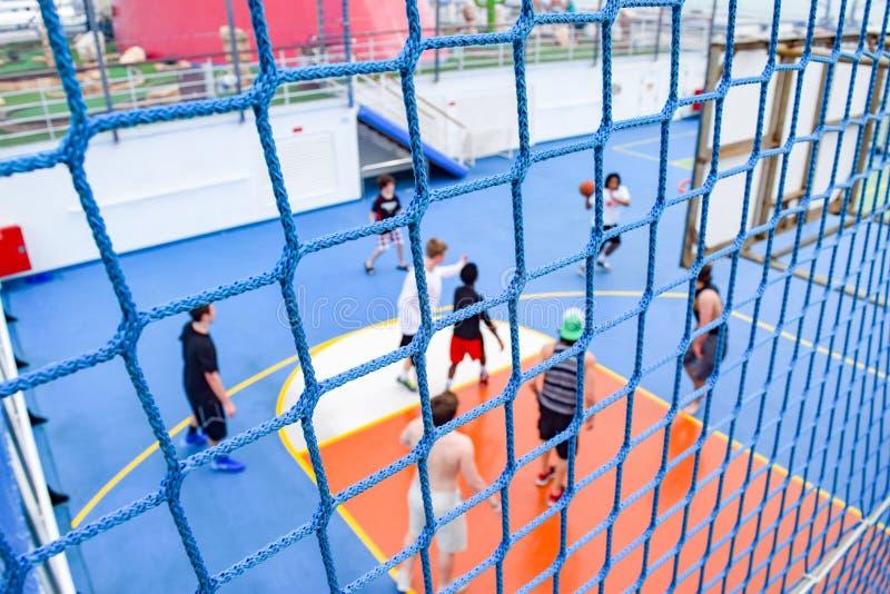 Miami, la Florida - 29 de marzo de 2014: Red alrededor de la cancha de básquet y un juego en la sesión, a bordo del barco de cruc foto de archivo