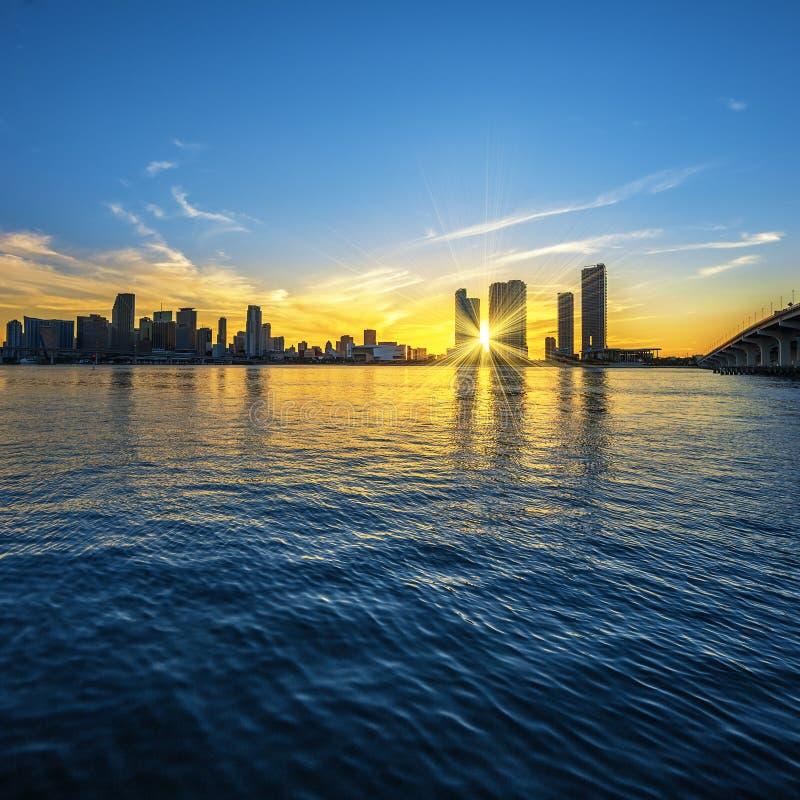 Miami la Florida, puesta del sol con negocio y los edificios residenciales fotos de archivo libres de regalías