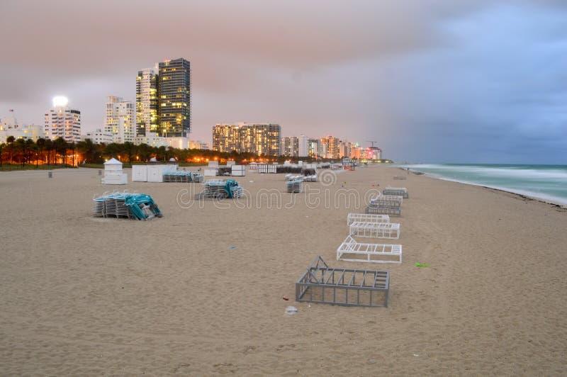 Miami linia horyzontu przy nocą i plaża zdjęcie royalty free