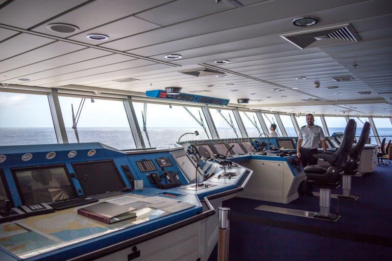 MIAMI, LOS E.E.U.U. - 15 DE DICIEMBRE DE 2016: Captain en la cubierta del comando de la navegación del barco de cruceros de la re fotografía de archivo libre de regalías