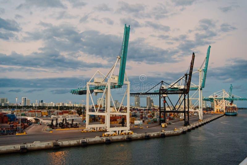 Miami, los E.E.U.U. - 1 de marzo de 2016: puerto marítimo del envase con los contenedores del grúa y para mercancías Puerto o ter foto de archivo libre de regalías