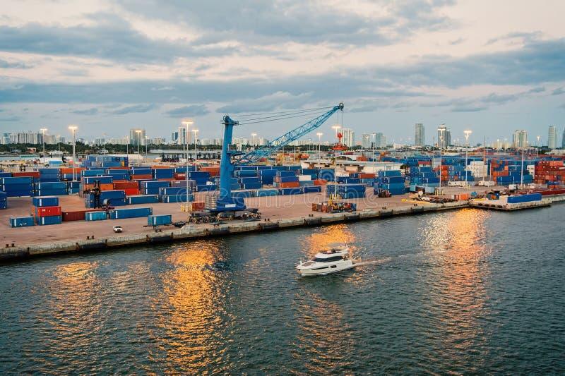Miami, los E.E.U.U. - 1 de marzo de 2016: puerto marítimo del envase con el buque y las grúas de carga Flotador del yate a lo lar foto de archivo libre de regalías