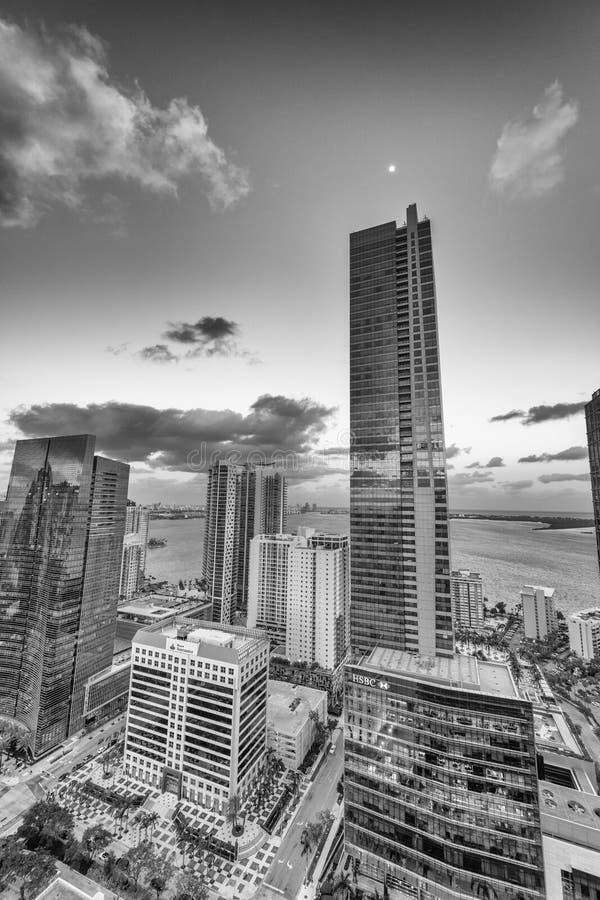 MIAMI - MARS 27, 2018: Stadsljus av den i stadens centrum flyg- sikten MI royaltyfri foto
