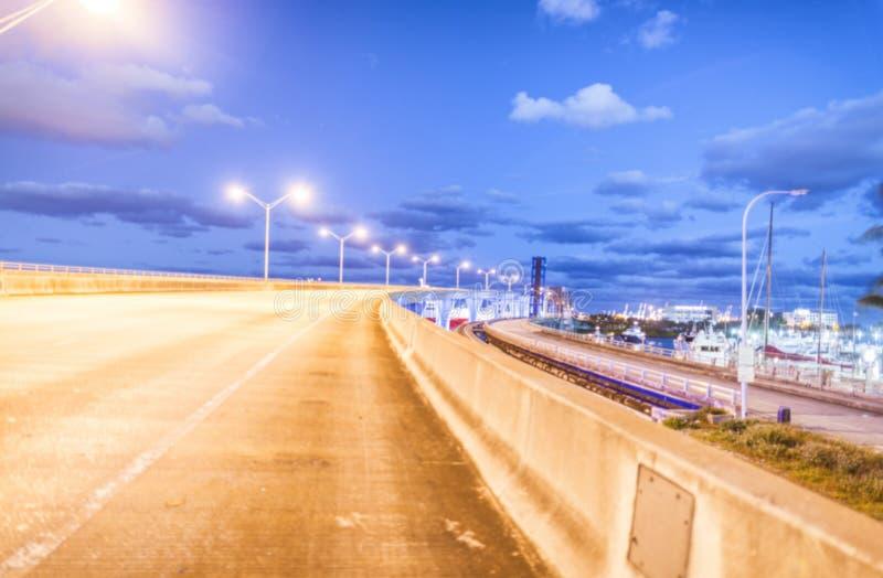 Miami na noite Vista borrada do bulevar do porto foto de stock