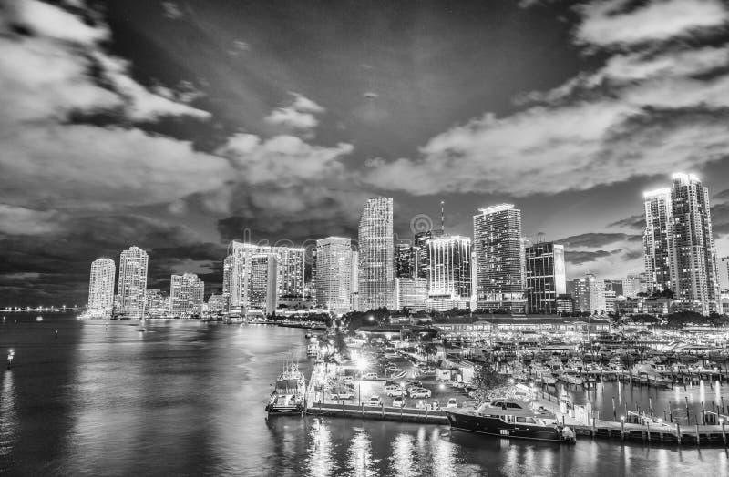 Miami nachts Erstaunliche Ansicht von im Stadtzentrum gelegenen Gebäuden vom Hafen Bou lizenzfreie stockfotografie