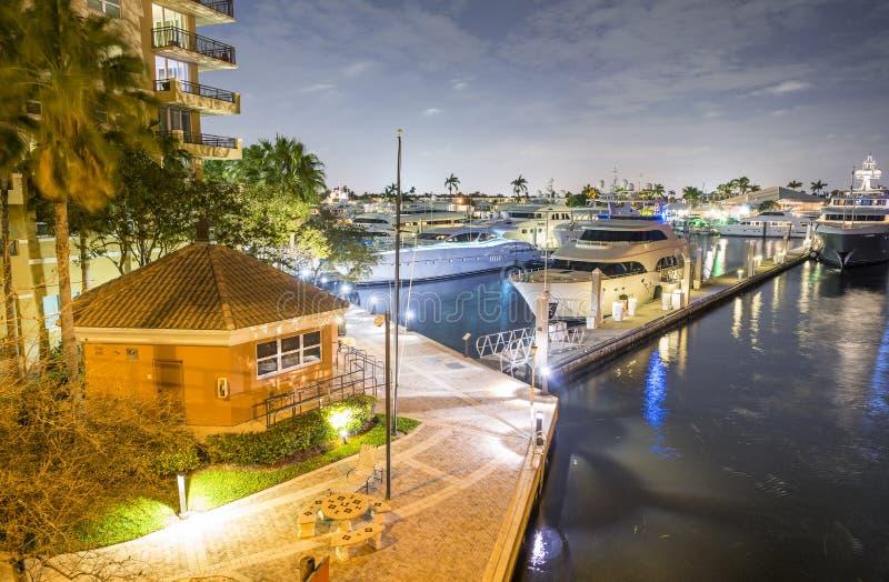 Miami plaży łodzie i budynki Nocy odbicia na rzece, zdjęcie stock