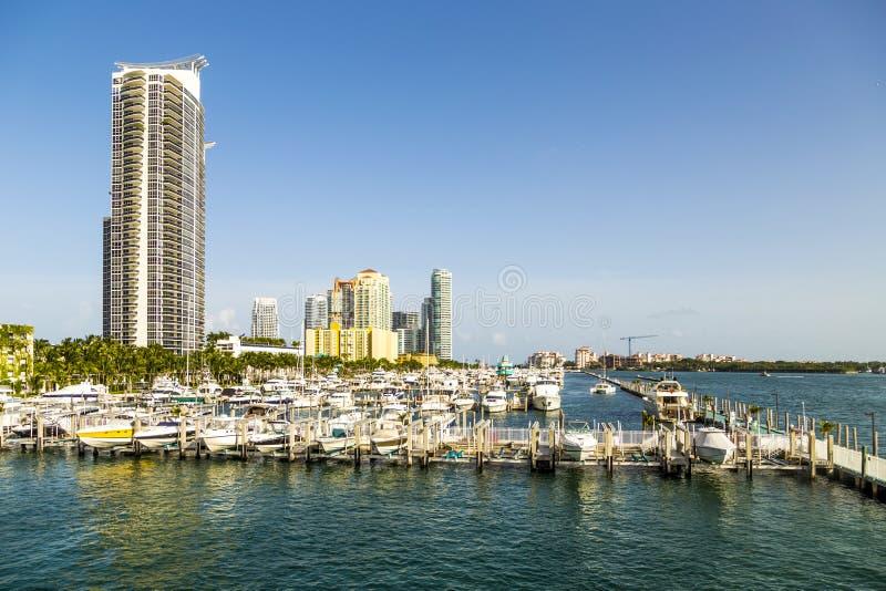 Miami-Südstrandjachthafen mit Skylinen stockfotografie