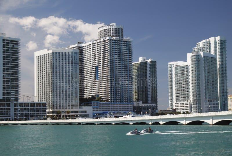 Miami-Schacht mit Jetskis stockbild