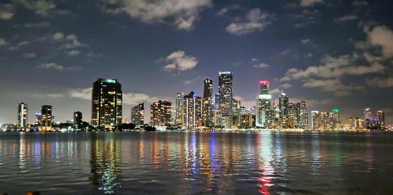 Miami Skyline in der Nacht stockbilder