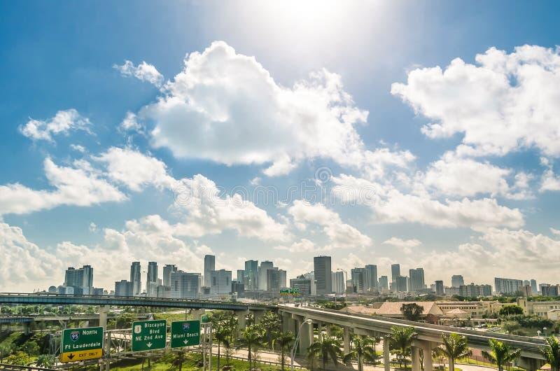 Miami-Skyline und -landstraßen Tages lizenzfreie stockfotos