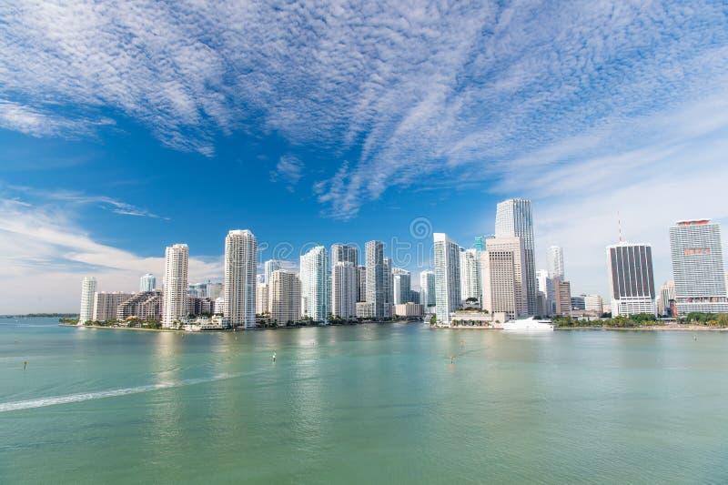 Miami-Skylinewolkenkratzer lizenzfreie stockfotos