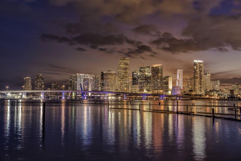 Miami stadshorisont på skymning med stads- skyskrapor arkivfoto
