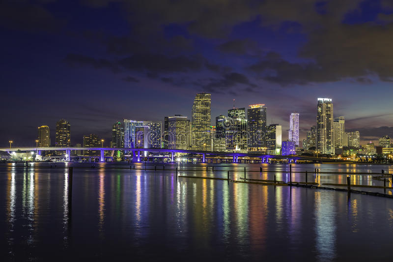 Miami stadshorisont på skymning med stads- skyskrapor royaltyfria foton