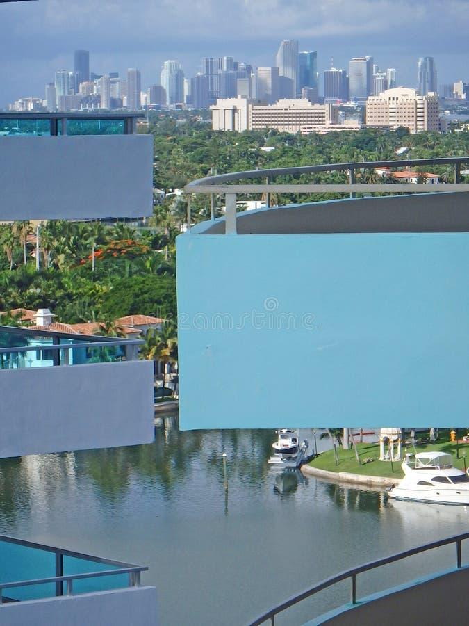 Miami-Stadtskyline vom Eigentumswohnungsbalkon lizenzfreie stockfotografie
