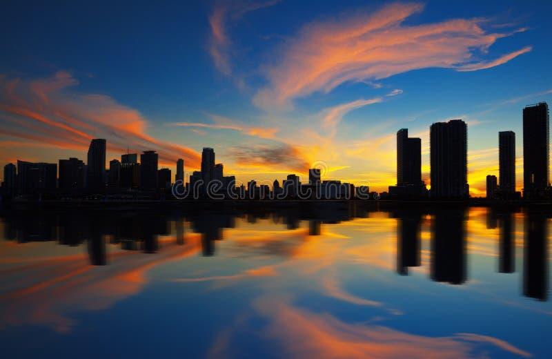 Miami-Stadtskylinepanorama an der Dämmerung stockbild