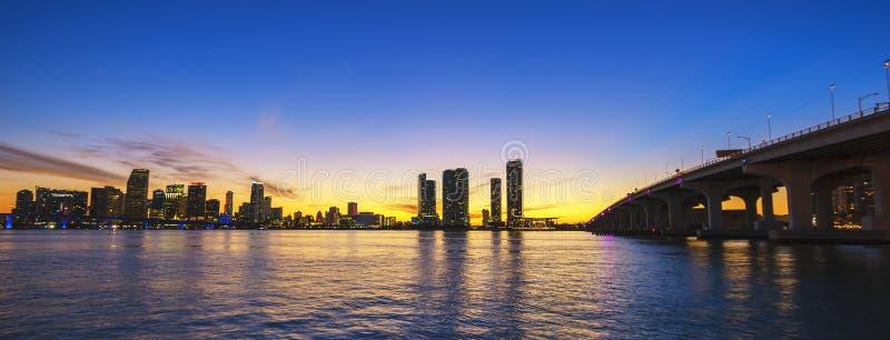 Miami-Stadtskylinepanorama an der Dämmerung stockfotos