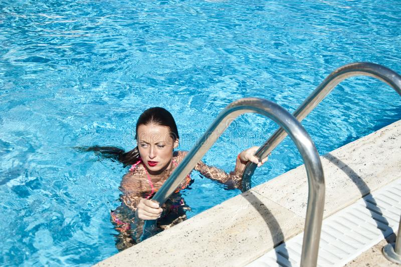 Miami strand is zonnig Swag meisje met rode lippen en nat haar middellandse zee Dope Spa in pool zwemvrouw stock foto's