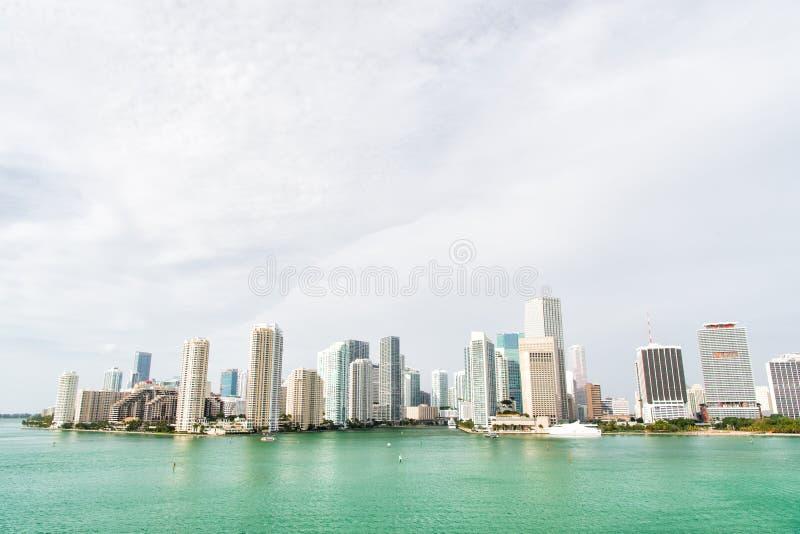 Miami tiene una costa de Océano Atlántico alineada con los puertos deportivos Miami céntrica es centro de ciudad urbano basado al imagen de archivo libre de regalías