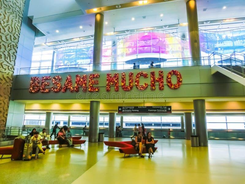 Miami USA - April 28, 2018: Handelsresande inom Miami den internationella flygplatsen Januari 2, 2010 i Miami FL Flygplatsrangern royaltyfria foton
