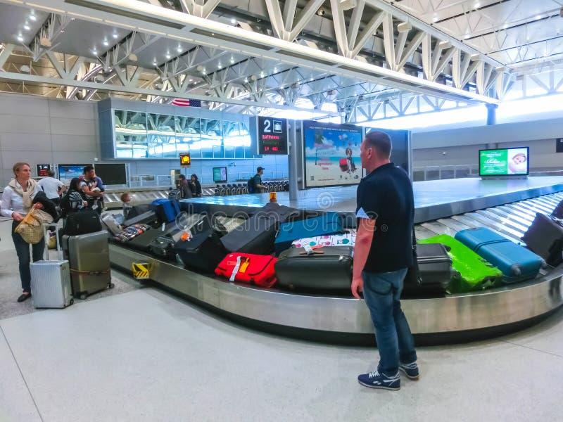 Miami USA - April 28, 2018: Handelsresande inom Miami den internationella flygplatsen Januari 2, 2010 i Miami FL Flygplatsrangern fotografering för bildbyråer