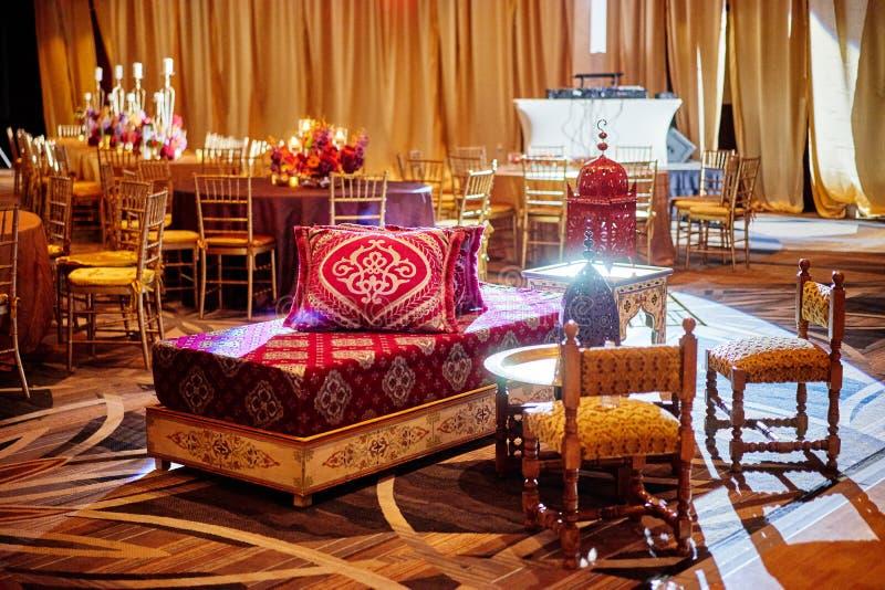 MIAMI, usa/- MAJ 27, 2015: Indiańska Ślubna Mehndi henny noc, krzesła, stół dla ręki farby fotografia stock