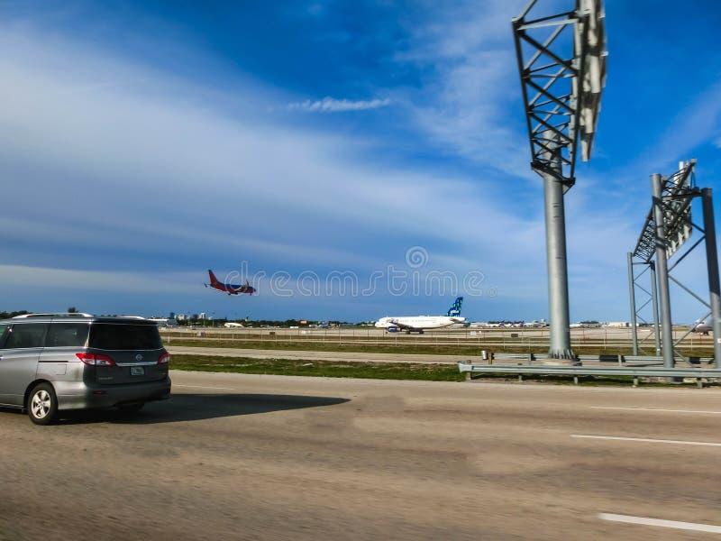 Miami USA - Maj 12, 2018: Sikten från vägen av den Miami flygplatsen i Miami, Florida, USA som ställer ut några av dess skeppsdoc fotografering för bildbyråer