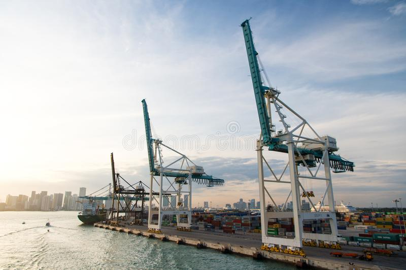 Miami, usa - Marzec, 18, 2016: port morski, terminal lub dok, Morski zbiornika port z ładunku statkiem, żurawie Zafrachtowania, w zdjęcia royalty free