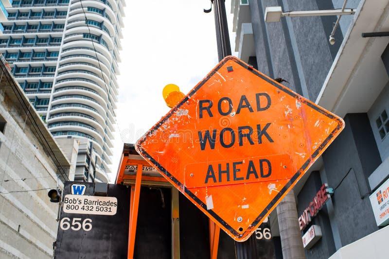 Miami USA - Oktober 30, 2015: konstruktionstecken på stadsvägen Vägarbete framåt varna och säkerhet Trans.trafik och trav royaltyfri fotografi