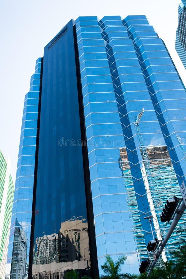 Miami, usa - Październik 30, 2015: basztowy budynek z szklaną fasadą na niebieskim niebie Architektura i projekt Sukcesu i przysz fotografia royalty free