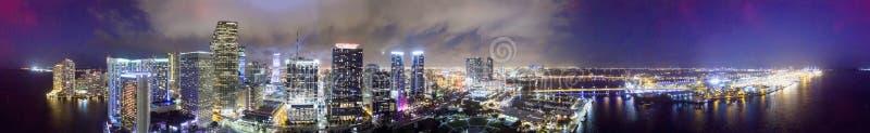 Miami van de binnenstad bij nacht, panoramische luchtmening royalty-vrije stock foto's