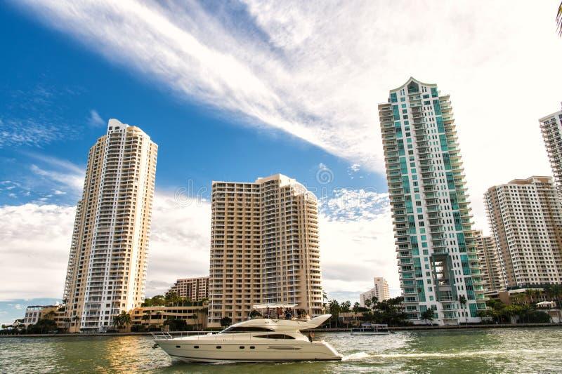Miami van de binnenstad langs Biscayne-Baai met flatgebouwen met koopflats en bureaugebouwen, jacht die in de baai varen stock foto