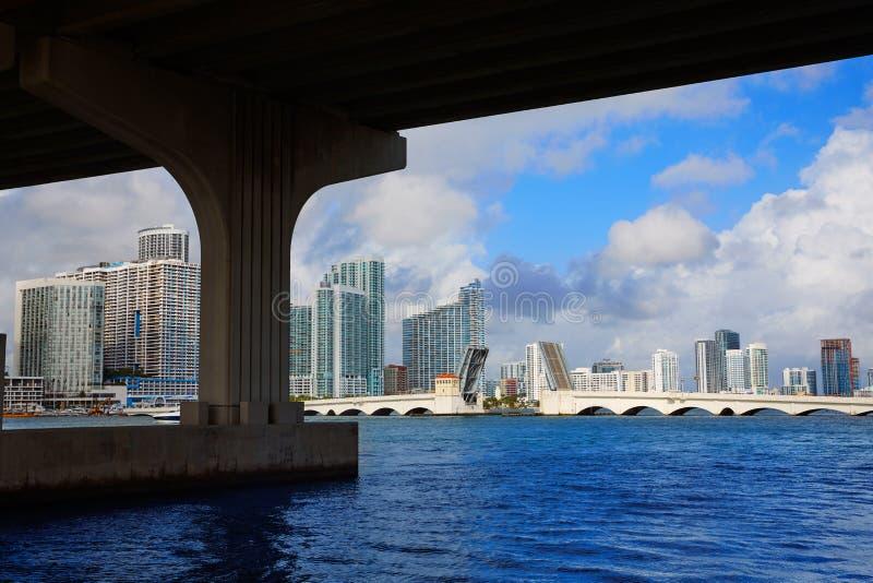 Miami w centrum linia horyzontu pod bridżowym Floryda obraz stock