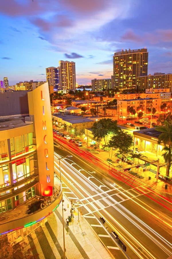 Miami Wyrzucać na brzeg Lincoln centrum handlowego Drogowego kino i poruszającego ruch drogowego obrazy royalty free