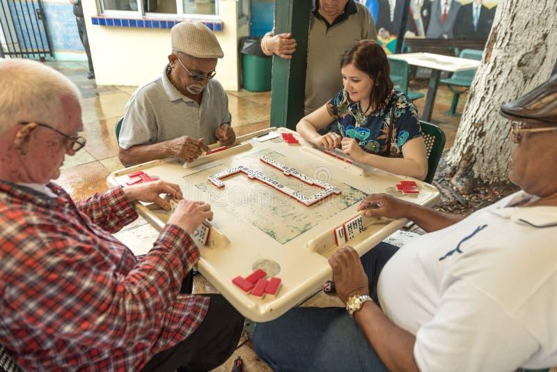 MIAMIA, LA FLORIDA - 29 DE ABRIL DE 2015: Poco distrito de La Habana en Miami y gente que juega dominó en Maximo Gomez Park Domin imagen de archivo