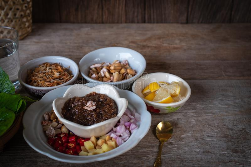 Miang西康省,皇家叶子套开胃菜包括青葱,姜,油煎的豆,切片柠檬,蒋酱之叶叶子,辣椒,油煎 库存照片