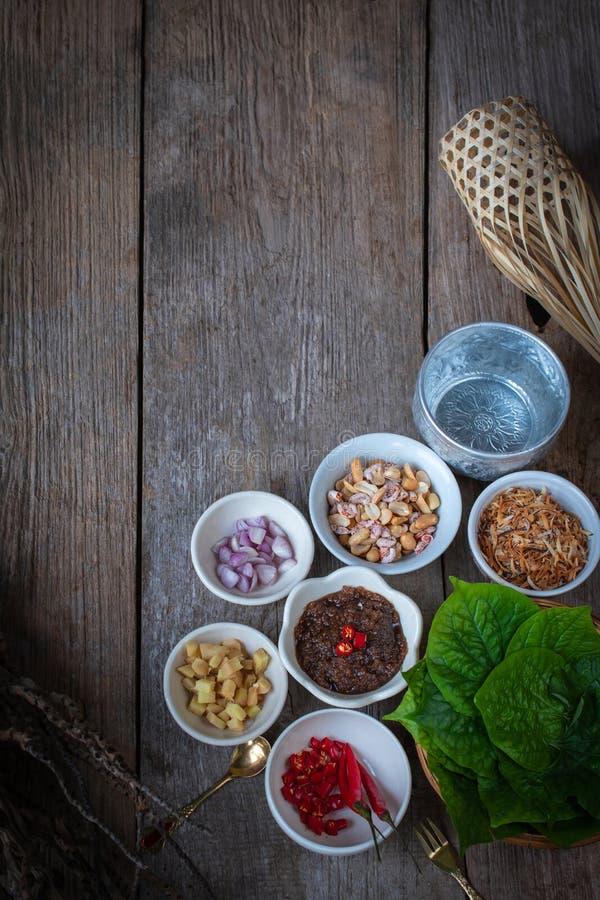 Miang kham, um aperitivo real do envoltório da folha consiste na chalota, gengibre, feijões fritados, fatia de limão, folha do fotografia de stock