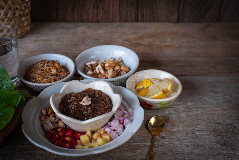 Miang Kham, un aperitivo real del abrigo de la hoja consiste en el chalote, jengibre, habas fritas, rebanada de limón, hoja del  fotos de archivo