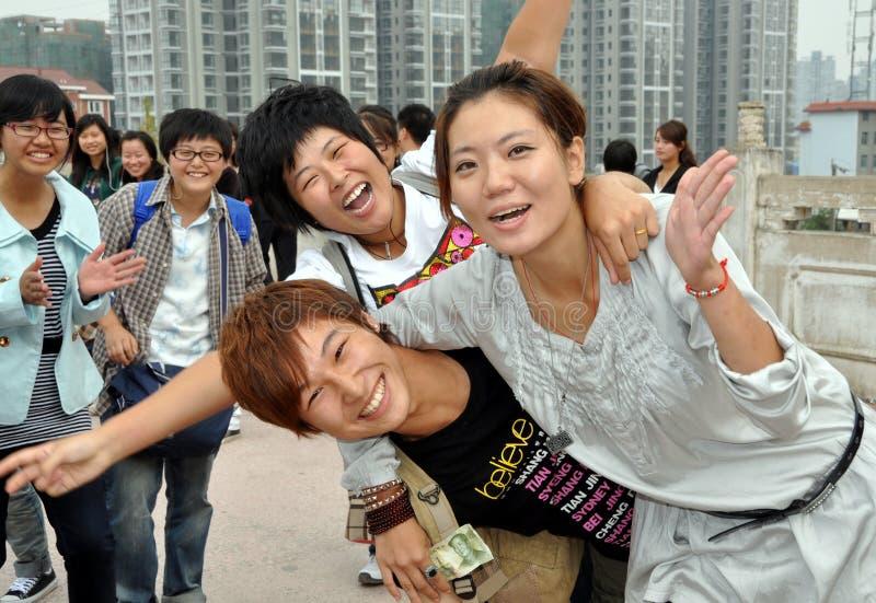 Mianyang, China: Kursteilnehmer Sheng Shui am Tempel lizenzfreie stockbilder