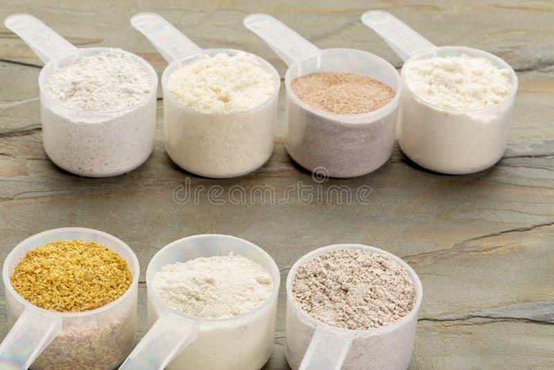 Miarki gluten uwalniają mąkę fotografia stock